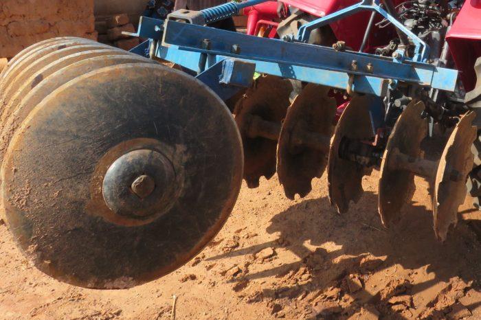 L'attribut alt de cette image est vide, son nom de fichier est Cover-crop-et-tracteur-Mahindra-d-Emmanuel-2-700x466.jpg.